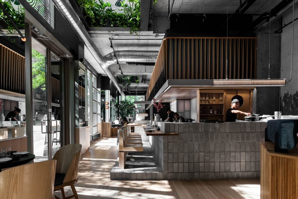 Wood and concrete for the restaurant ryù plus deco interior