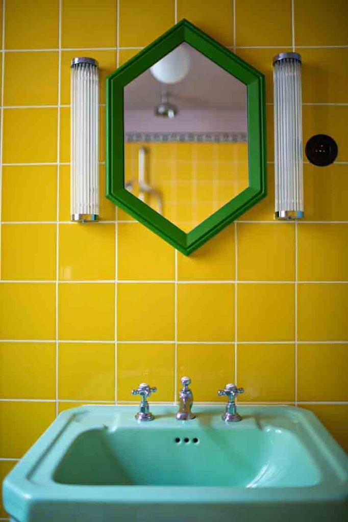 hotel le deux gares, hotel paris, hotel luke edward hall, yellow tiles, yellow bathroom, luke edward hall paris, luke edward hall parigi, blog interni, interni strisce, interni rosa, pink interior, best hotel gare, plusdeco blo, +DECO, best hotel paris 2020